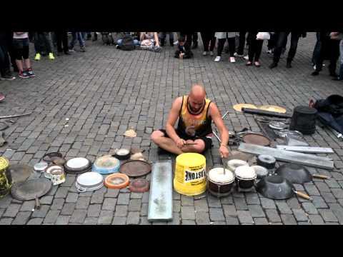 Bruxelles, batteur Dario Rossi, spectacle de tambours dans la rue
