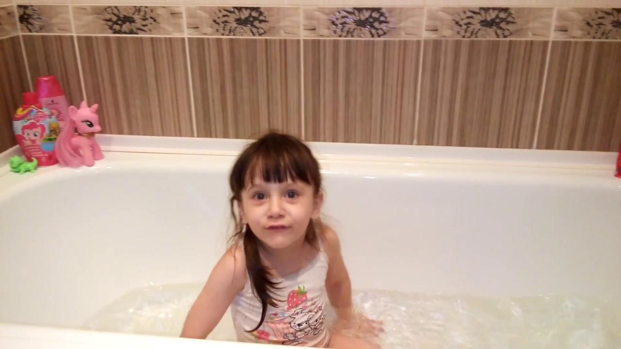 Алия купается в ванной с бурлящим шаром Alia bathes in a bathroom with a swirling ball