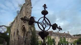 Läskiga klipp Läskiga Rothschild Castle med Satans Symboler i Elite Rambouillet Forest France