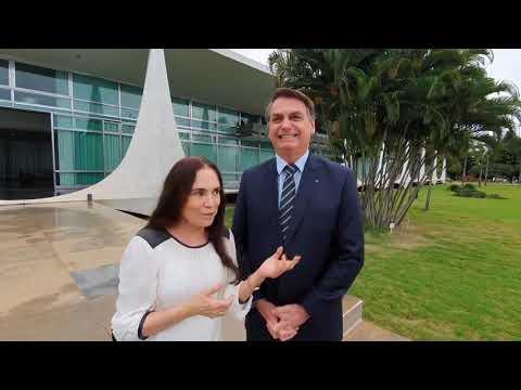 Presidente Bolsonaro em conversa com Regina Duarte. Detalhes na descrição: