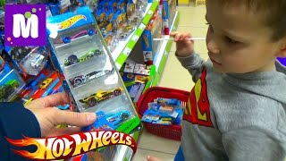 Макс в магазине игрушек покупает 40 моделей машин Хот Виллс Buying 40 HotWheels cars in kid's store(Идём в детский магазине игрушек Чудо Остров и покупаем 40 машинок Хот Вилс для трека Гараж от Хотвилс Shopping..., 2016-01-16T16:21:28.000Z)