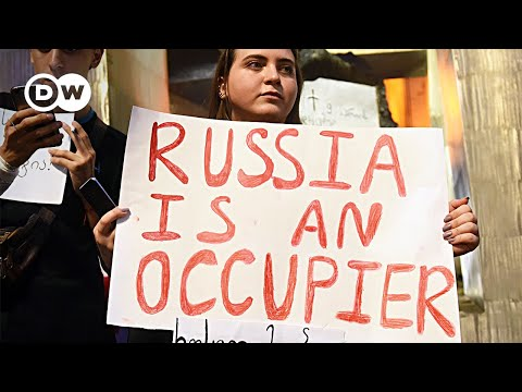 Anti-Russia protesters try storming Georgian parliament | DW News