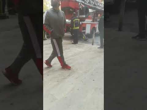 Los bomberos se encuentran las salidas de emergencias para entrar en Las Moreras bloqueadas
