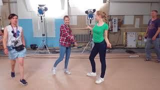 Светофоровы. Мирослава Михайлова и Лиза Запорожец. Репетиция в школе.