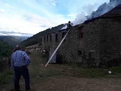 Un incendio en una chimenea provoca enormes daños en un restaurante de Navia
