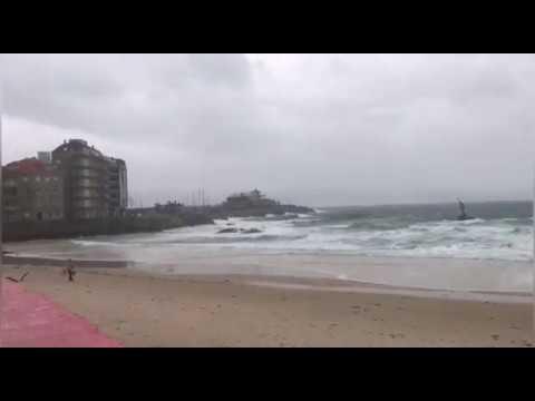 Olas, viento y lluvia en Silgar... y una intrépida paseando por la arena