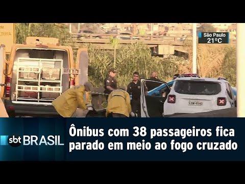 Ônibus com 38 passageiros fica parado em meio ao fogo cruzado no Rio | SBT Brasil (20/08/18)