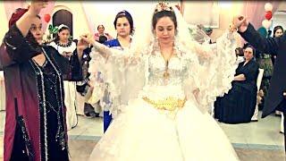 Красивая цыганская невеста. Золотые украшения, танец