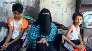 عائلة يمنية تعيش بين ركام بيتها المدمر