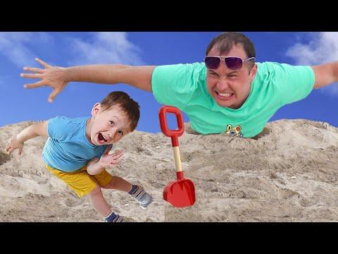 Малыш и сонный папа играют на пляже в песке. Видео для детей.