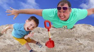 Download Малыш и сонный папа играют на пляже в песке. Видео для детей. Mp3 and Videos