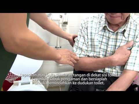 Membantu Lansia dengan Kursi Roda Menggunakan Toilet
