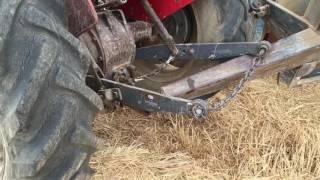Balya römorku devrildi traktör askıda kaldı