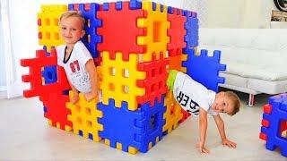 Vlad và Nikita chơi với khối đồ chơi Ẩn và tìm kiếm với mẹ
