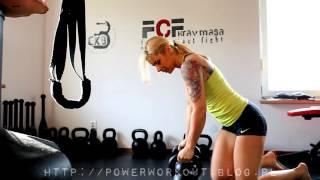 PW - Blondynka trenuje z kettlebell