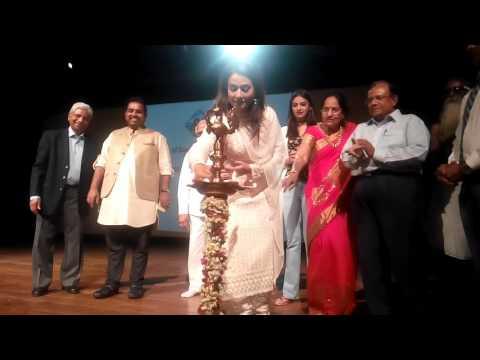 APNA SAMACHAR: Actress Pakkhi Hegde Deep Prajwalit With Shankar Mahadevan