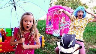 Тася прячет друзей от дождя с надувными игрушками