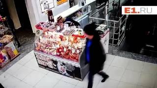 Воры с ножницами по металлу обчистили магазин в Екатеринбурге