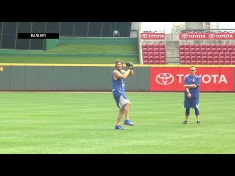 LAD@CIN: Kershaw takes part in a throwing session