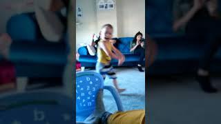 Yeşil uzaylı dansı bebek versiyon