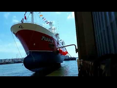 Botadura de un barco pincheiro en Burela