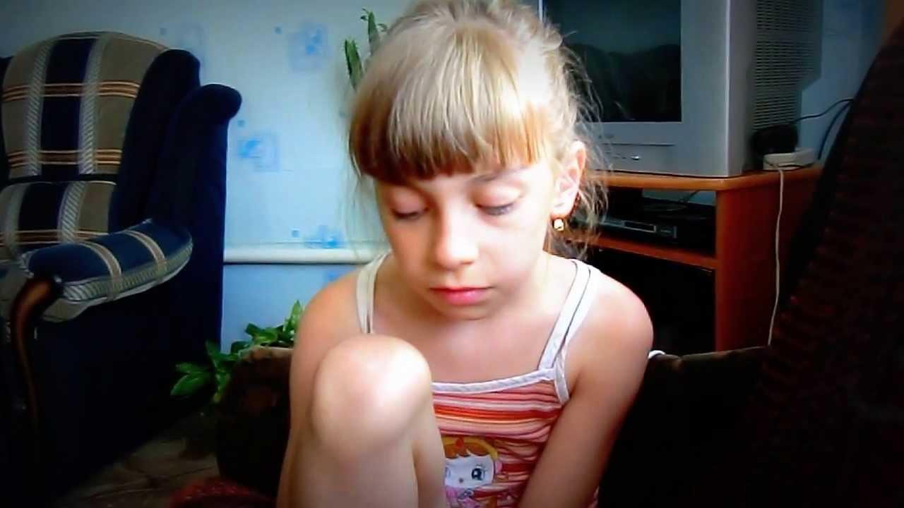 devushka-masturbiruet-cherez-trusiki-video-molodoy-simpatichnoy