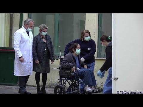 """Coronavirus, dimessa a Roma la coppia di cinesi primi contagiati in Italia: """"Italy, we love you"""""""