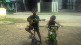 Anak kecil bermain gitar