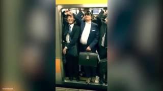 東京繁忙時間列車超逼 乘客面不改容硬闖