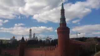 Вертолет летает над Кремлем 2 / Helicopter flying over the Kremlin 2(Вертолет делает круги от Балчуга до Кремля, садясь на площадку ФСО в Кремле и взлетая с нее. Снято во время..., 2013-04-22T13:09:15.000Z)