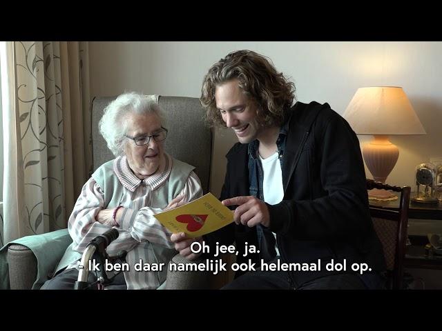 Bart verrast Jo (91) met ruim 1000 kaarten!