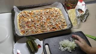 Пицца с курицей и солеными огурцами