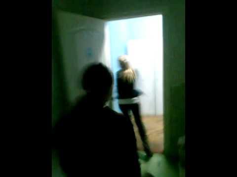 Баба ссыт в мужском туалете