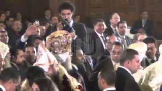 البابا يدخل لترأس صلاة العيد وسط تصفيق وتهليل الحضور
