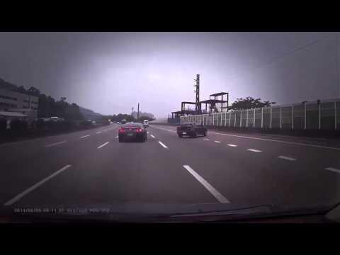 คลิปอุบัติเหตุ Ferrari 458 แข่งกับ Nissan GTR นิสัน จีทีอาร์ เสียหลักชน แบริเออร์2