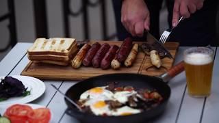 Плотный завтрак : ассорти колбасок на гриле, хрустящие тосты и яичница с говяжьей вырезкой.