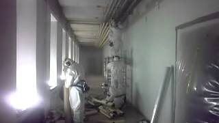 Asbestieristeiden purkua, removing asbestos insulation
