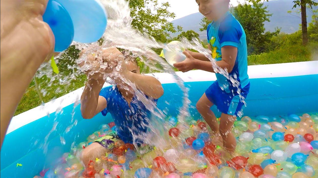Bataille g ante avec 1500 bombes eau dans une piscine for Swan et neo piscine