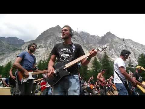 "Rockin'1000-Summer camp ""Power Medley"""