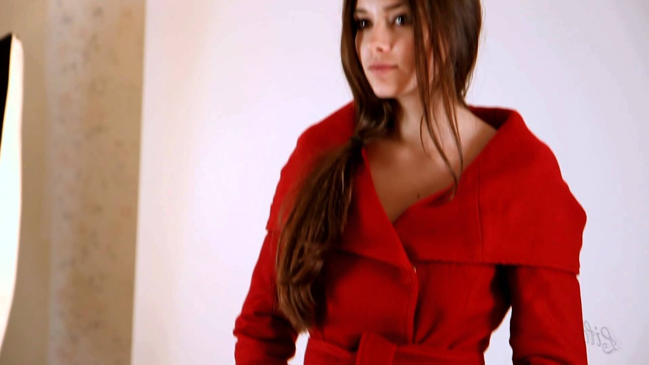 Зимнее расклешенное пальто с капюшоном, черный с узором. В сфере оптово-розничной продажи мужской, женской и детской верхней одежды.