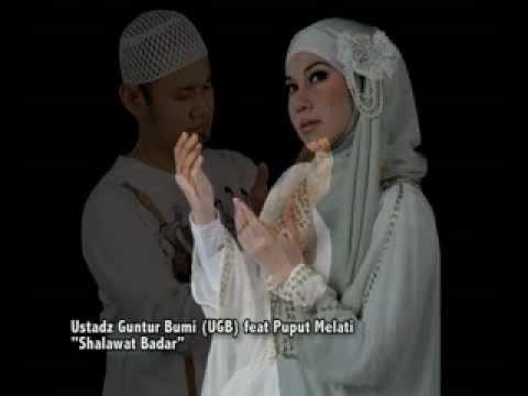 Ustadz Guntur Bumi ( UGB ) feat Puput Melati - Shalawat Badar.mp4