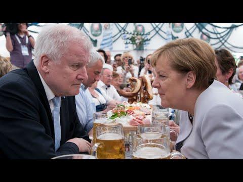 ألمانيا: ميركل ترفض المهلة التي حددها وزير الداخلية بشأن أزمة المهاجرين
