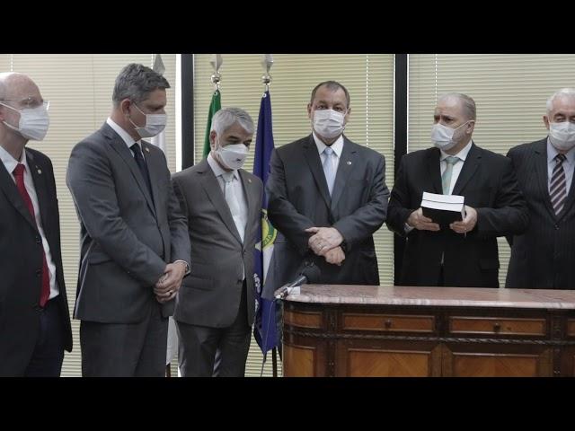 Senadores entregam relatório da CPI para Augusto Aras
