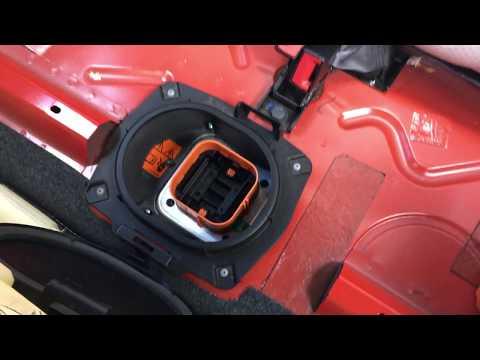 Fiat 500e's safety plug/fuse removing