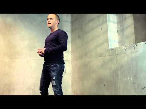 Das Körpersprache-Quiz: Warum nimmt Stefan Verra diese asymetrische Körperhaltung ein?