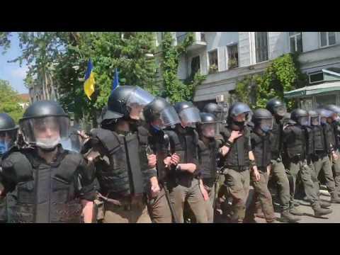 Столкновения с полицией на Банковой после митинга партии Шария
