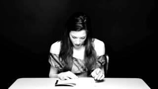 порностар Стоя читает 'Разновидности Некрофилии', сидя на вибраторе