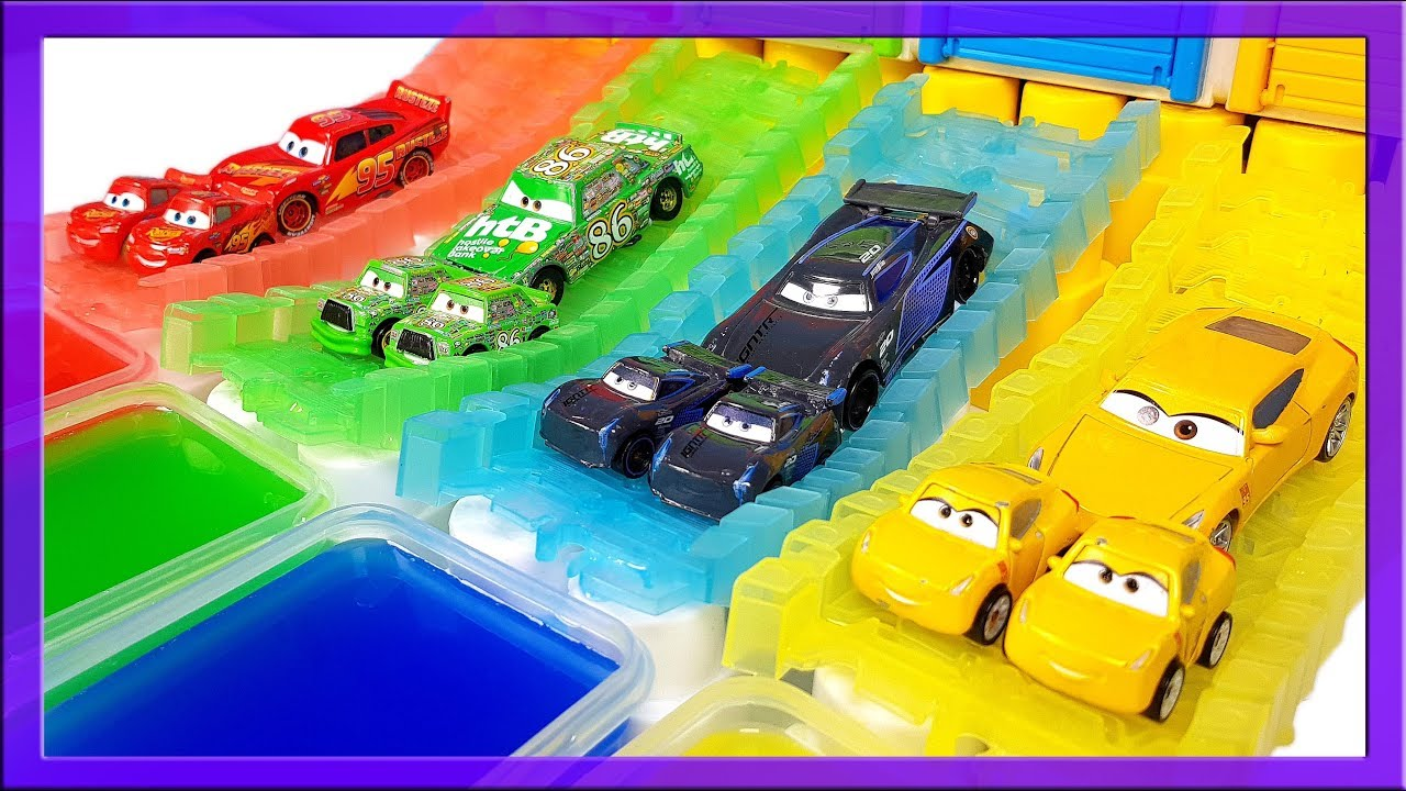 Mcqueen Die Cast vs Mini Racers into colored water and Thomas and Friends race into blue water