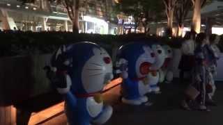 Япония. Выставка роботов-котов Дораэмон вокруг Роппонги Хиллз и телекомпании ТВ Асахи в Токио