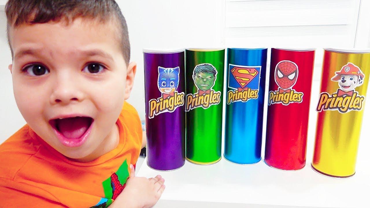 Егорка притворяется игрой в супергероев с волшебными фишками